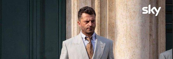 """""""1994"""", ancipazioni: Pietro Bosco entra nelle stanze del potere con Roberto Maroni. Chi seguiranno tra Silvio Berlusconi e Umberto Bossi?"""