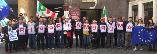 Roma, flash mob del Pd contro la chiusura delle stazioni della metropolitana. «Riapriamo Roma»