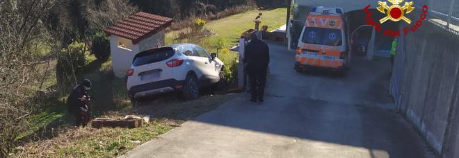 Parcheggia l'auto in discesa: investito e ucciso dalla vettura partita da sola