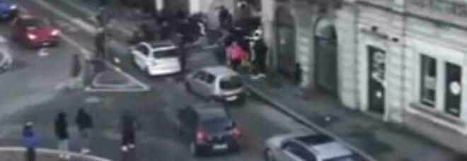 Gallarate, maxi rissa tra cento minorenni armati di bastoni e catene: ferito un 14enne. «Appuntamento sui social»