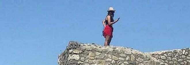 Sale sul tetto delle Terme centrali di Pompei per scattare un selfie, bufera su una turista: «Poteva crollare»