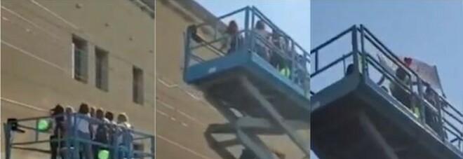 Ricoverata con il cancro nell'ospedale blindato per il Covid, le amiche noleggiano una gru per salutarla dalla finestra VIDEO