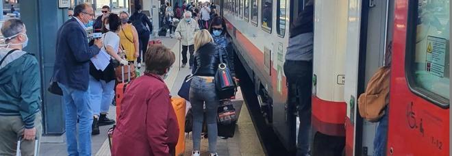 Donna positiva al Covid viola la quarantena e viaggia in treno: trovata e denunciata