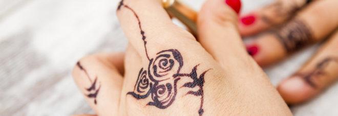 """Tatuaggi all'hennè popolari d'estate, l'allarme: """"Sono pericolosi"""""""