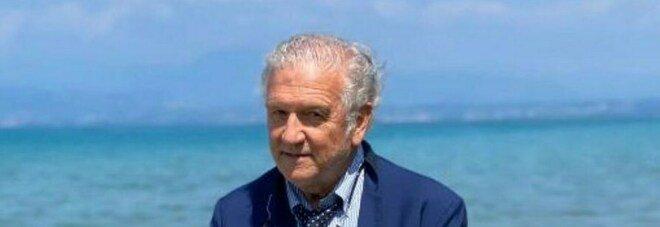 Covid, dall'ospedale alla giro del Lago di Garda a nuoto: l'impresa di Camillo, 76 anni, che vuole lasciarsi alle spalle il virus