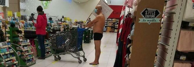 Fa la spesa al supermercato in mutande, la foto fa sorridere ma il motivo è serio. Ecco perché lo fa
