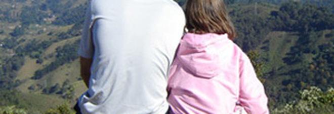Papà fa troppi dispetti alla figlia di 8 anni, il giudice: 50 euro di multa per ogni scherzo