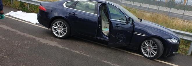 Scende dalla Jaguar ma dimentica il freno a mano: muore schiacciato contro il guard-rail