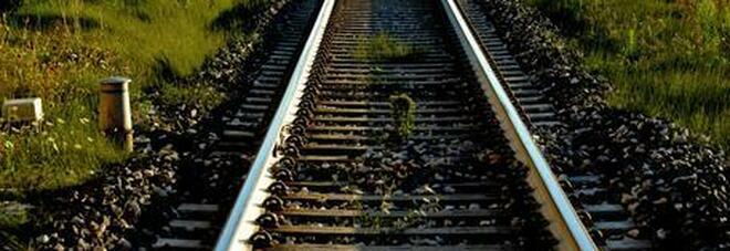Ragazzo di 17 anni morto investito da un treno: sdraiato sui binari per fare video su TikTok