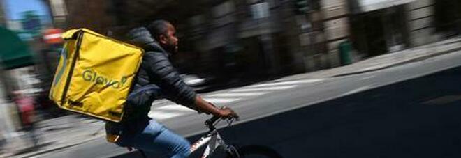 Milano, rider fa le consegne il giorno dello sciopero, aggredito dai suoi colleghi in strada