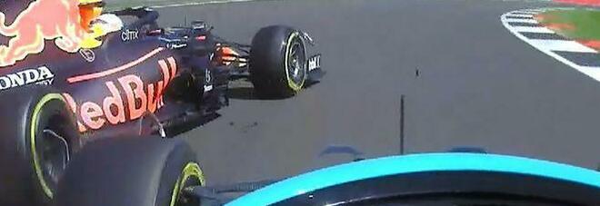 """Hamilton mette in riga Verstappen. Crash a Silverstone: ragazzo il """"capo"""" resto io"""