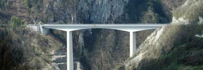 Ultimo saluto ai genitori, poi a 20 anni si getta dal ponte