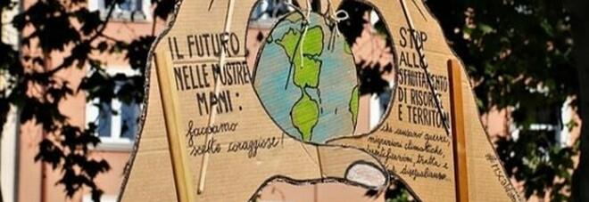 """La """"Generazione Greta"""" dà una lezione agli adulti: più del 95% dei giovani pensa al benessere della Terra"""