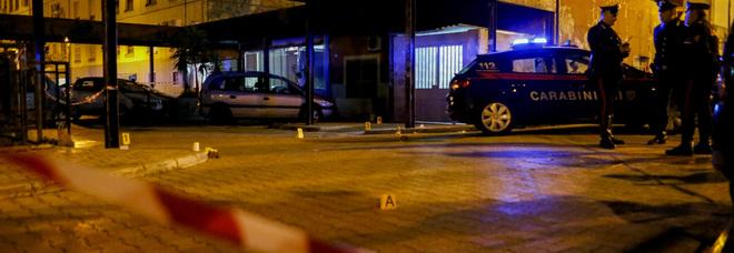Agguato in strada: sparatoria davanti al bar, in fin di vita un 23enne