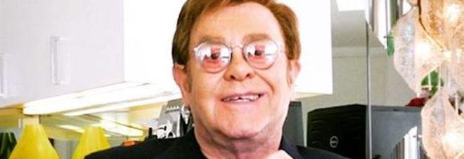 Elton John: ex fidanzata lo contatta dopo 50 anni chiedendogli aiuto, il cantante le paga un intervento al ginocchio