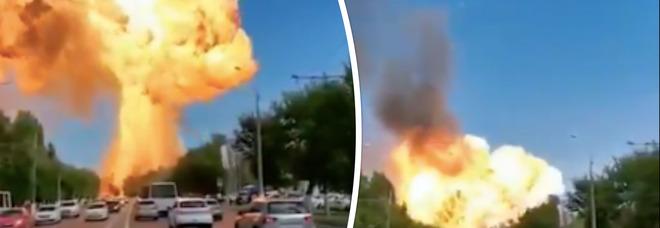 Russia, esplosione in un deposito di carburante: le immagini choc