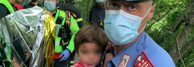 Nicola, il bambino portato in ospedale: «Sta bene». Il carabiniere che lo ha recuperato: «Non credo abbia dormito lì»