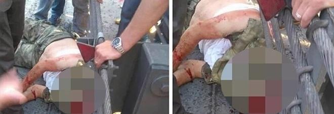 """Turchia, le immagini choc del militare golpista decapitato. La folla urla: """"Allah Akbar"""""""