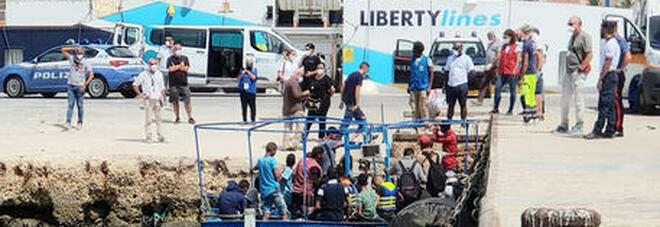 Migranti, 14 sbarchi in un poche ore a Lampedusa: 1.215 persone in hotspot. Al via i trasferimenti