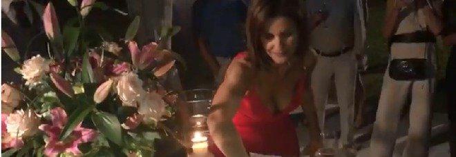 """Alessandra Moretti, festa di compleanno in rosso e """"addio"""" all'Italia"""