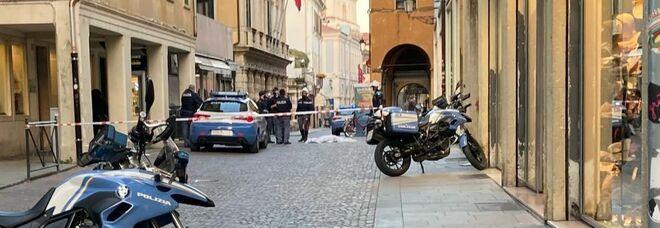 Si uccide lanciandosi dal sesto piano in pieno centro: morto il figlio del famoso sociologo