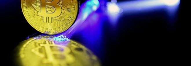 """Bitcoin ko, cala a 10mila dollari: """"Ai minimi dal 1° dicembre"""". Ed è boom di virus anche in Italia"""