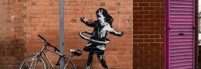 Banksy: «Mio il murales con la ragazzina con hula hoop»