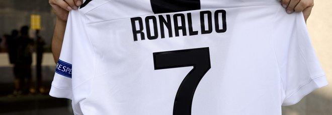 534745e34 Ronaldo mania, venduta una maglia al minuto. E il primo autografo è per una  bimba
