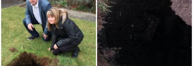 Taglia l 39 erba del giardino e appare un buco enorme con - Quando seminare erba giardino ...
