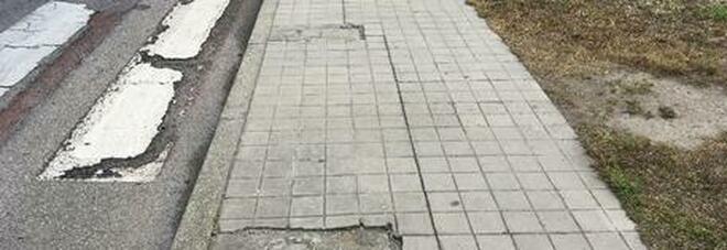 Inciampa sul marciapiede e denuncia il Comune: sindaco costretto a pagare la multa