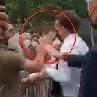 L'aggressione ieri tra la folla durante una visita