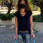 Samantha De Grenet con le stampelle sul social. Il commento di Caterina Balivo: «Non vorrei metterti in difficoltà...»