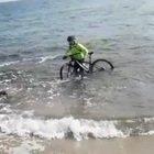 Otranto, ciclista tenta di aggirare i controlli e fugge in mare con la bici: multato