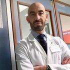 Bassetti: «I sanitari no vax tradiscono il camice, vanno cacciati»