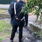 Roma, cocaina nelle siepi del giardino condominiale a San Basilio: in manette uno spacciatore