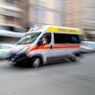 Donna si dà fuoco in strada e muore: passanti filmano con i cellulari