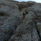 Alpinista precipita in parete: nel vuoto per ore con una gamba e un braccio fratturati