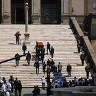 Funerali Raffaella Carrà, l'arrivo del feretro nella Basilica tra gli applausi della gente
