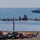 Roma, temperature estive e folla al mare: i primi bagni a Ostia