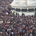 Parigi, folla in piazza per il professore decapitato
