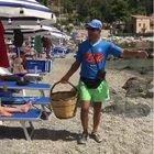"""Venditore di cocco e poeta """"hard"""", il video in spiaggia tormentone dell'estate su Whatsapp"""