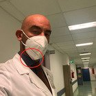 L'infettivologo Bassetti: «Rispettate le regole», ma la mascherina è al contrario. Poi si infuria sui social