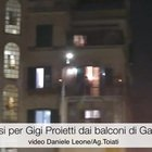 Applausi per Proietti dai balconi di Garbatella VIDEO
