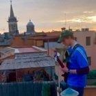 Jacopo che ha incantato Piazza Navona suonando la musica di Morricone: «Che emozione gli applausi»