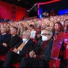 Maurizio Costanzo Show, emergenza covid e teatro pieno. Lui spiega: «Pago io il sierologico a tutti»