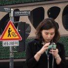 I segnali stradali per i pedoni con lo smartphone