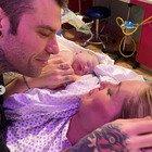 Chiara Ferragni in lacrime nelle tenere foto del parto. Ma i fan notano un dettaglio incredibile: «Come hai fatto?»