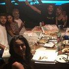 Belen Rodriguez, pizza in famiglia a Ibiza: ma papà Gustavo fa il gestaccio