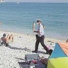 Covid, blitz dei vigili nella spiaggia libera di Ancona: maxi multe a chi non ha prenotato