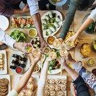 Alimentazione, mangiamo di più se siamo in compagnia: «Azione legata all'istinto di sopravvivenza»